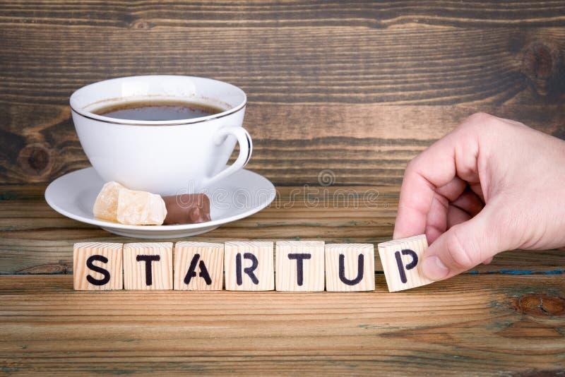 startup Lettres en bois sur le fond de bureau, instructif et de communication image stock