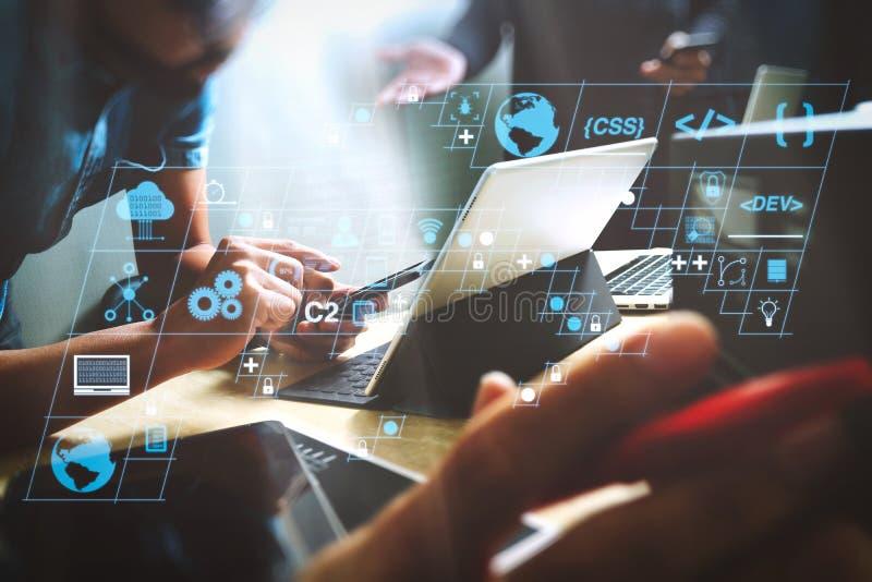 StartUp-Programmierteam Website-Designer, der digitale Tablet-Dockingtastatur und Computer-Laptop mit Smartphone arbeitet lizenzfreies stockbild