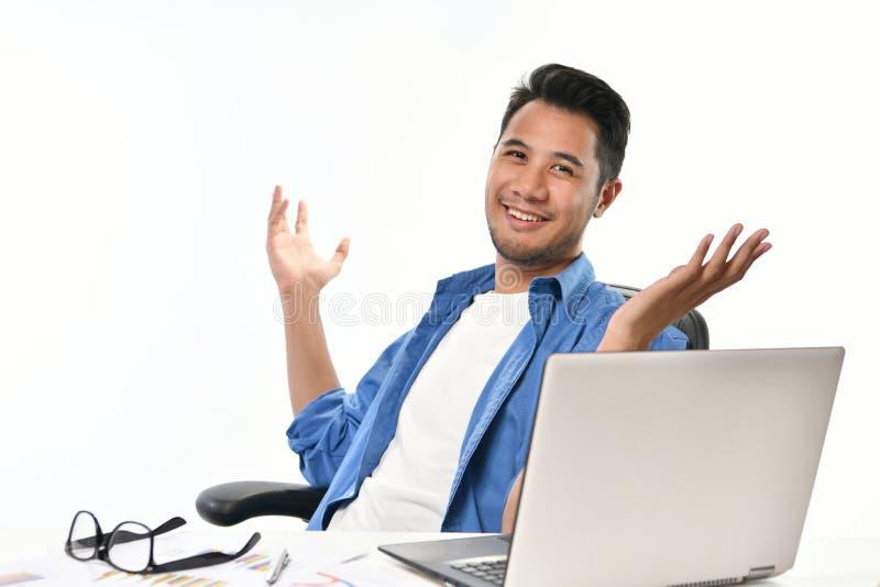 Startup sammanträde för affärsmannen i avkopplad ställing med händer lyftte after att ha arbete att göras lätt arkivbild