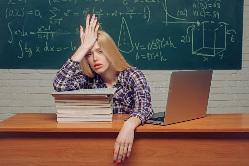 startup surcharg? La connaissance Étudiant étudiant des maux de tête soumis à une contrainte pour l'essai ou les examens dans la  photo libre de droits