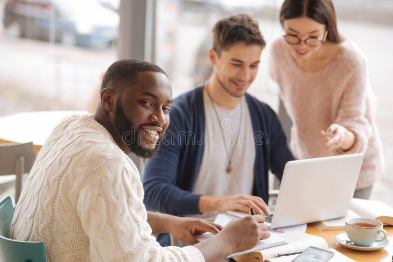 Startupers alegres que discuten proyecto junto fotografía de archivo