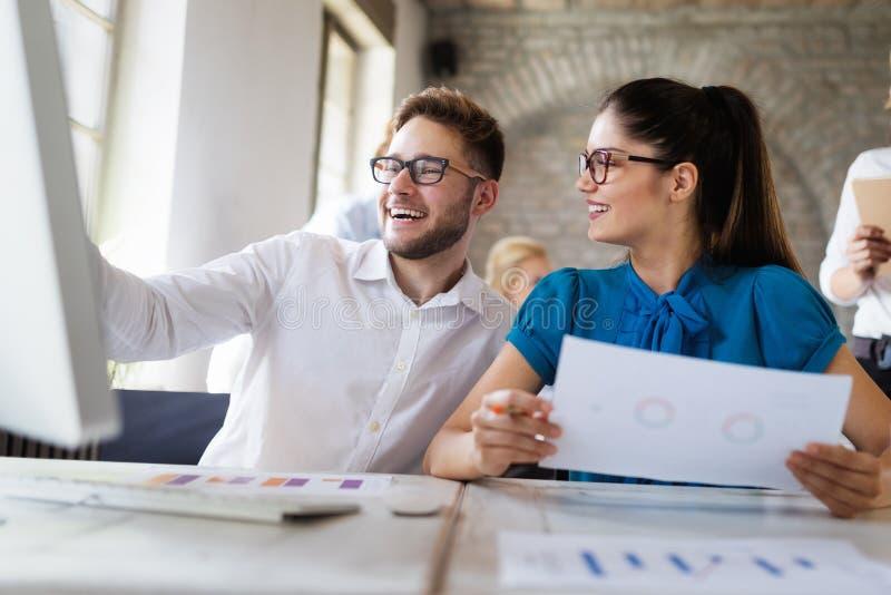 Startverschiedenartigkeits-Teamwork-Gesch?fts-Sitzung- ?ber Brainstormingkonzept lizenzfreie stockfotografie