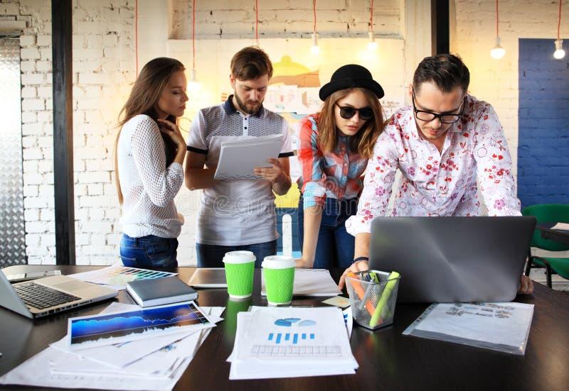 Startverschiedenartigkeits-Teamwork-Sitzung- über Brainstormingkonzept Geschäfts-Team Coworker Global Sharing Economy-Laptop-Diag lizenzfreie stockfotos