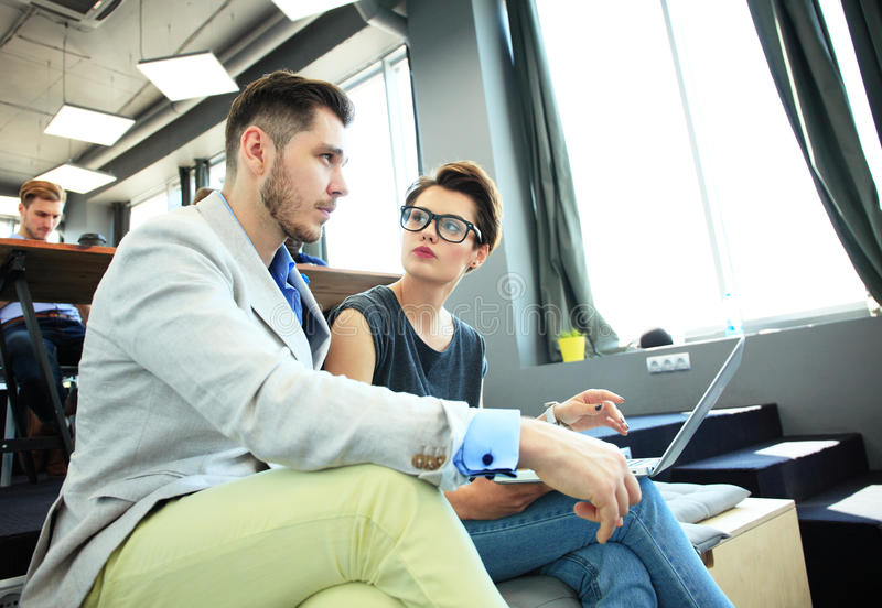 Startverschiedenartigkeits-Teamwork-Sitzung- über Brainstormingkonzept Geschäfts-Team Coworkers Analyze Finance Report-Laptop Leu lizenzfreies stockfoto
