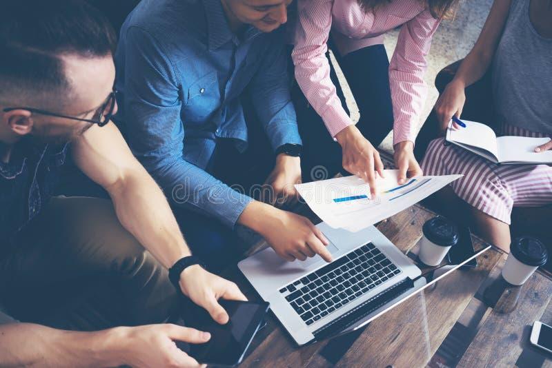 Startverschiedenartigkeits-Teamwork-Sitzung- über Brainstormingkonzept Geschäfts-Team Coworkers Global Sharing Economy-Laptop stockbilder