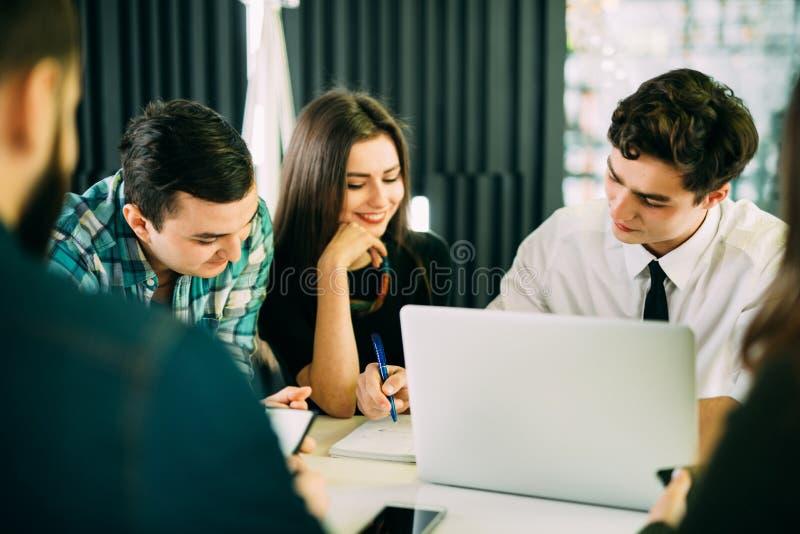 Startverschiedenartigkeits-Teamwork-Sitzung- über Brainstormingkonzept Geschäftsteammitarbeiter, die am Laptop zusammenarbeiten L lizenzfreie stockfotos