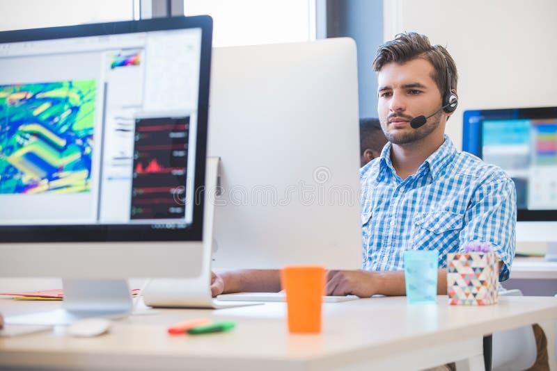 Startzaken, softwareontwikkelaar die aan bureaucomputer werken royalty-vrije stock afbeelding