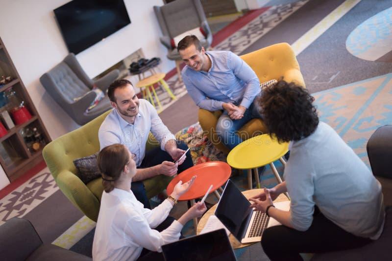 Startzaken Team At een Vergadering bij de moderne bureaubouw royalty-vrije stock fotografie