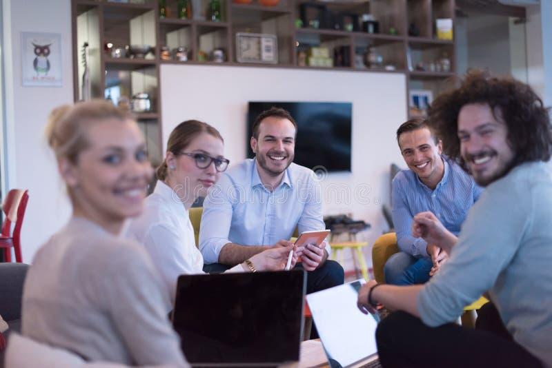 Startzaken Team At een Vergadering bij de moderne bureaubouw royalty-vrije stock afbeeldingen