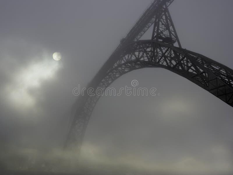 Stary żelazo most w mgle obraz royalty free