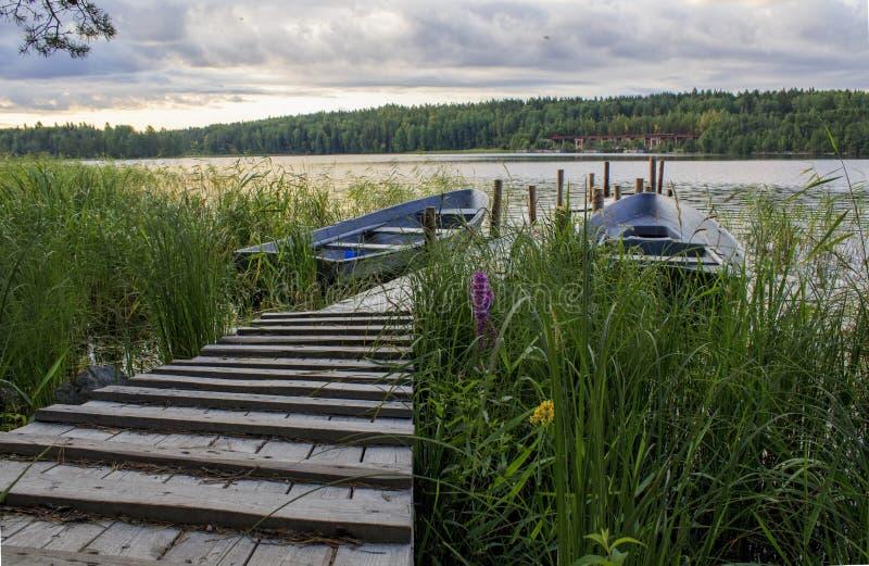 Stary łódkowaty dok na jeziorze na chmurnym ranku na jeziorze obraz royalty free