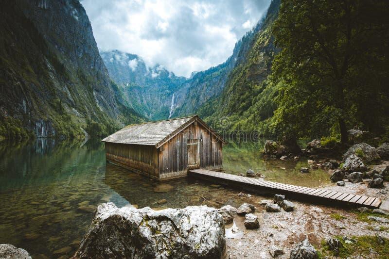 Stary łódkowaty dom przy Jeziornym Obersee w lecie, Bavaria, Niemcy obrazy royalty free