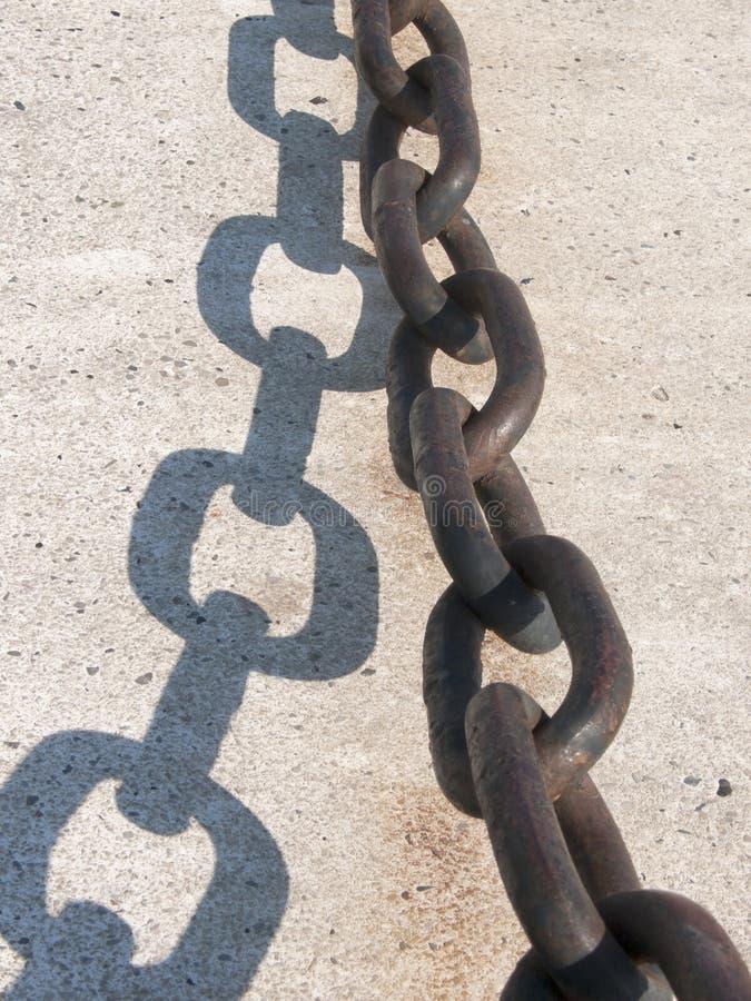 Stary łańcuch na ścianie przy dokami fotografia stock
