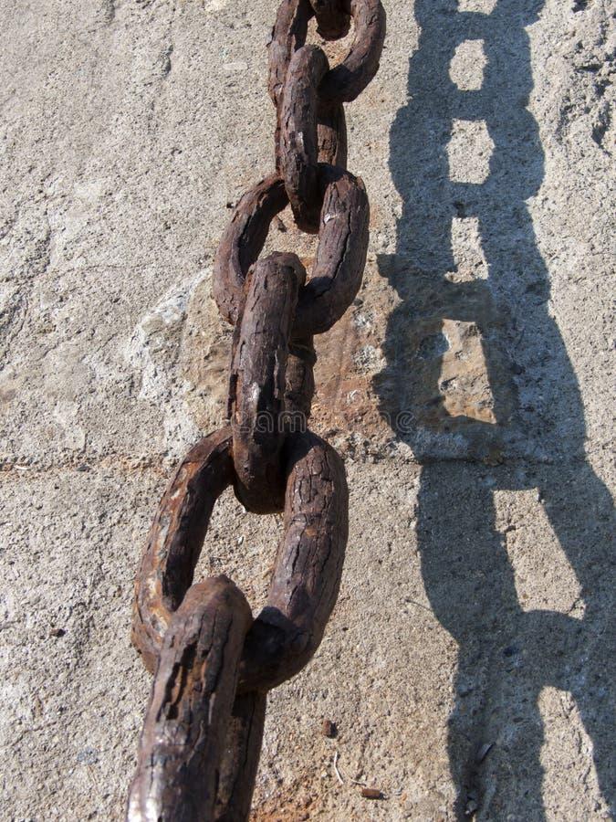 Stary łańcuch na ścianie przy dokami obrazy royalty free