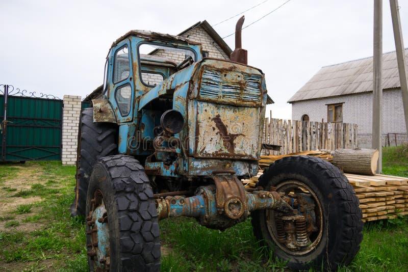 Stary łamający błękitny ciągnik zdjęcie stock