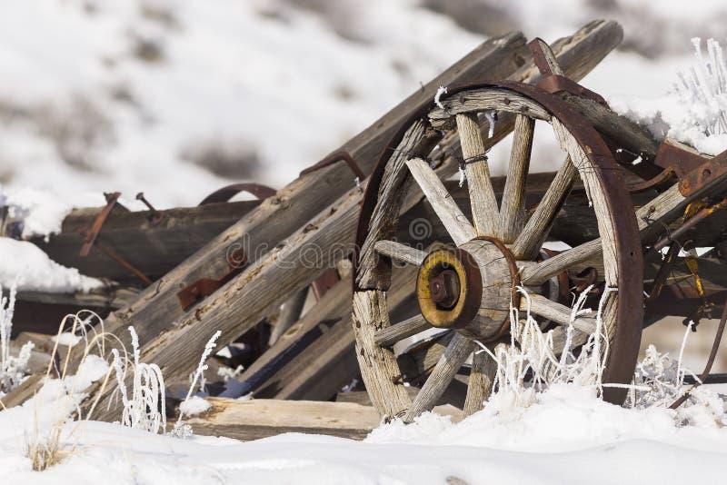 Stary łamający furgon z toczy wewnątrz śnieg fotografia stock