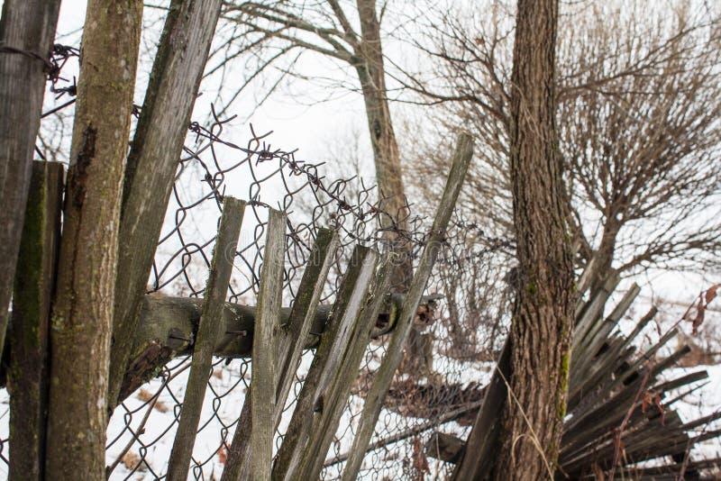 Stary łamający ogrodzenie z drutem kolczastym fotografia royalty free