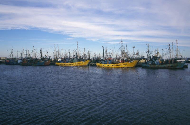 Stary łodzi rybackiej cumowanie w schronieniu obrazy royalty free