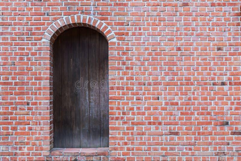 Stary ściana z cegieł z drewnianym drzwi obraz royalty free