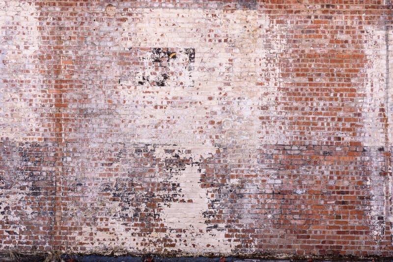 Stary ściana z cegieł z zatartej i obierania farbą obraz royalty free