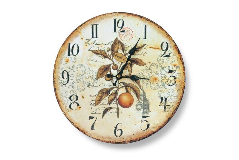 Stary ścienny zegar z fadingiem i rdza przeciw biel bielić ścianom Tarcza zegarek z kolażem rośliny fotografia stock