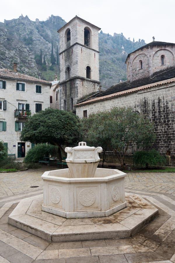 Stary średniowieczny betonowy wodny well fotografia stock