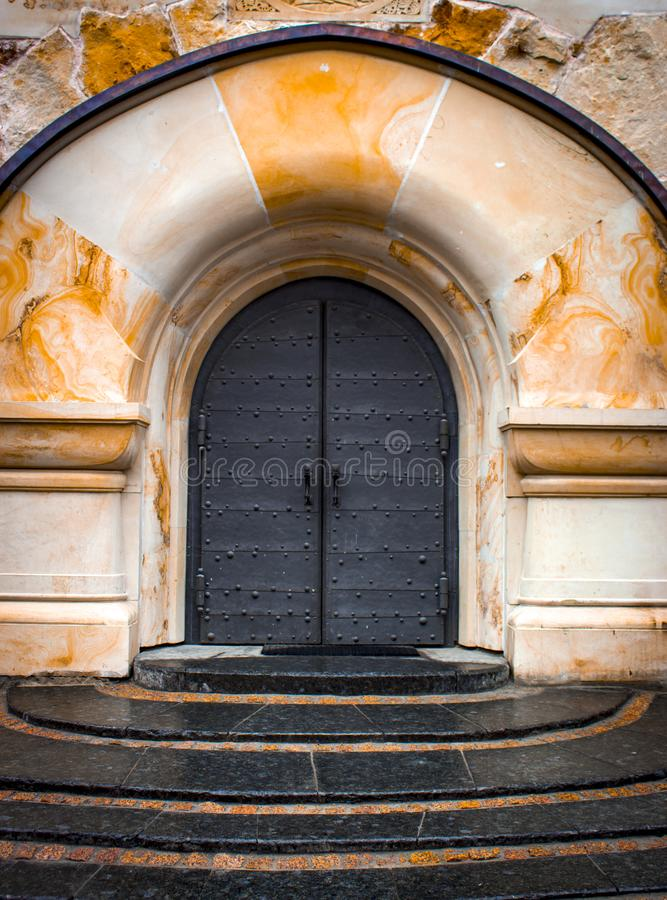 Stary średniowieczny drewniany drzwi z nabijającą ćwiekami forged żelazo ramą obrazy royalty free