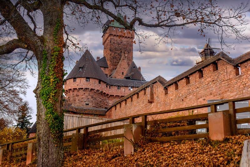 Stary średniowieczny kasztel Haut-Koenigsbourg w Alsace lub fortecy obrazy royalty free