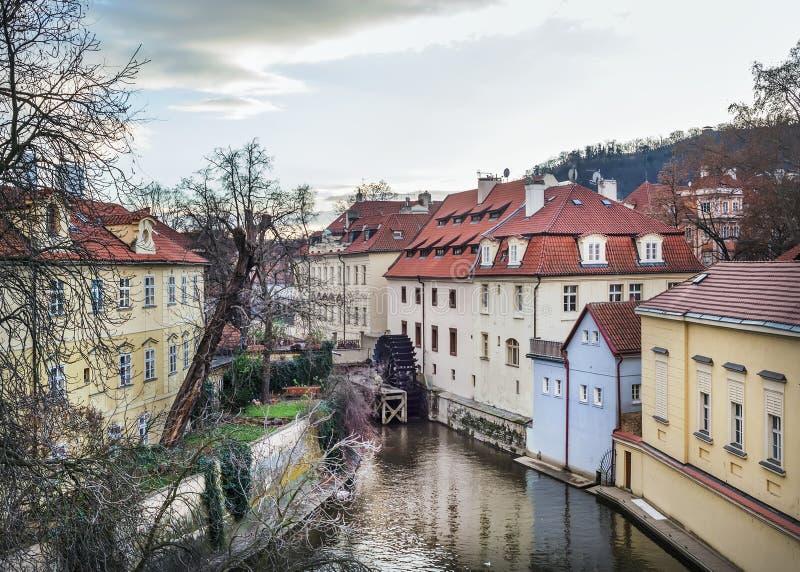 Stary średniowieczny koło na Chertovka kanale w Mala Strana obrazy royalty free