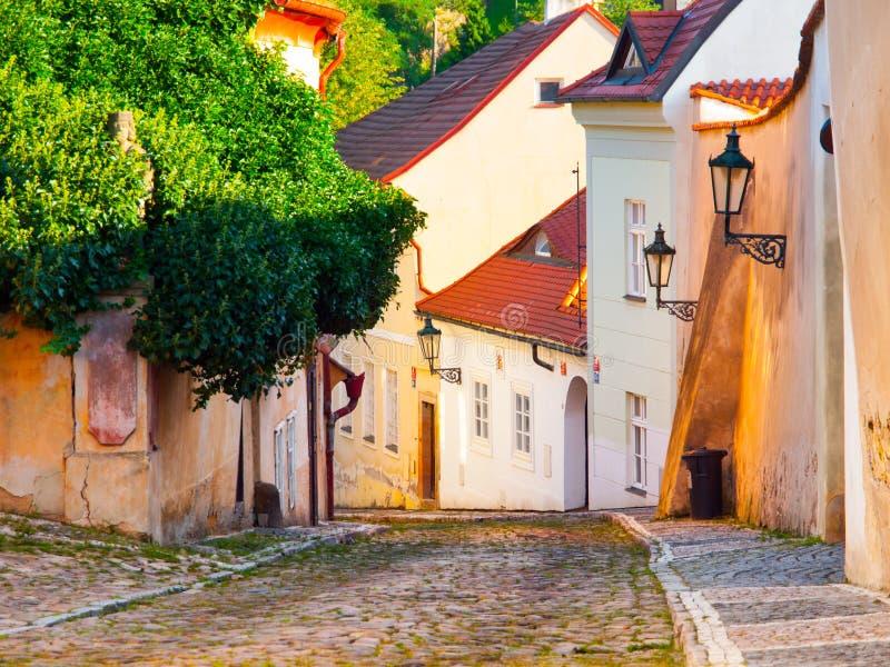 Stary średniowieczny przesmyk brukował ulicznych i małych antycznych domy Novy Svet, Hradcany okręg, Praga, republika czech zdjęcia stock