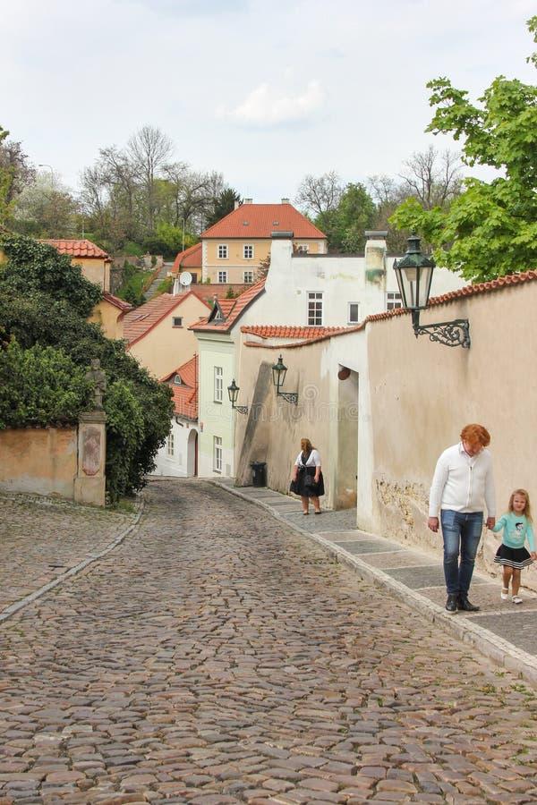 Stary średniowieczny przesmyk brukował ulicznych i małych antycznych domy w Novy Svet, Hradcany okręg obrazy stock