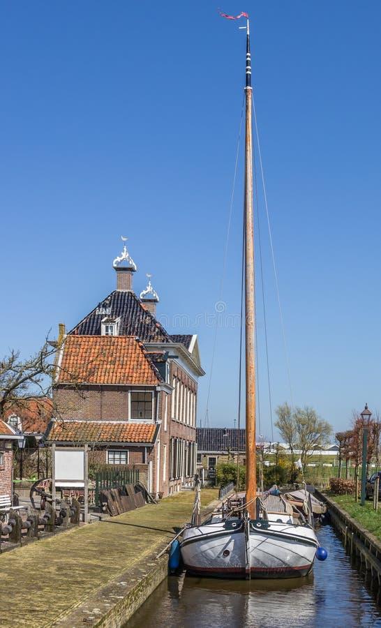Stary żeglowanie statek w dziejowej wiosce Hindeloopen obrazy royalty free
