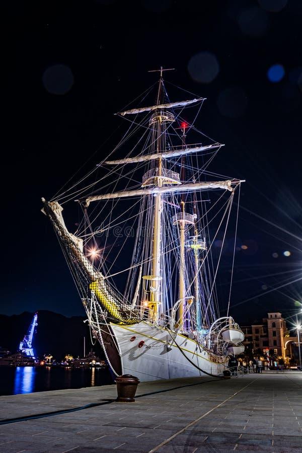 Stary żeglowanie statek z nocy światłami zdjęcia stock