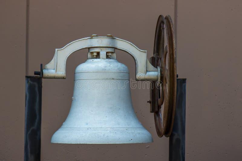 Stary Żelazny Bell Z Ośniedziałym kołem obraz royalty free