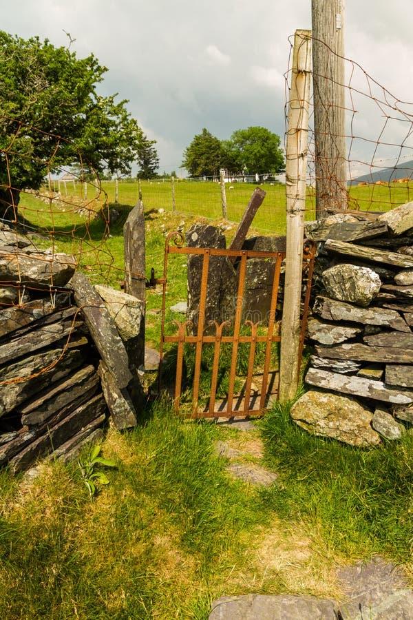 Stary żelazny brama przełaz w suchej kamiennej ścianie zdjęcia royalty free
