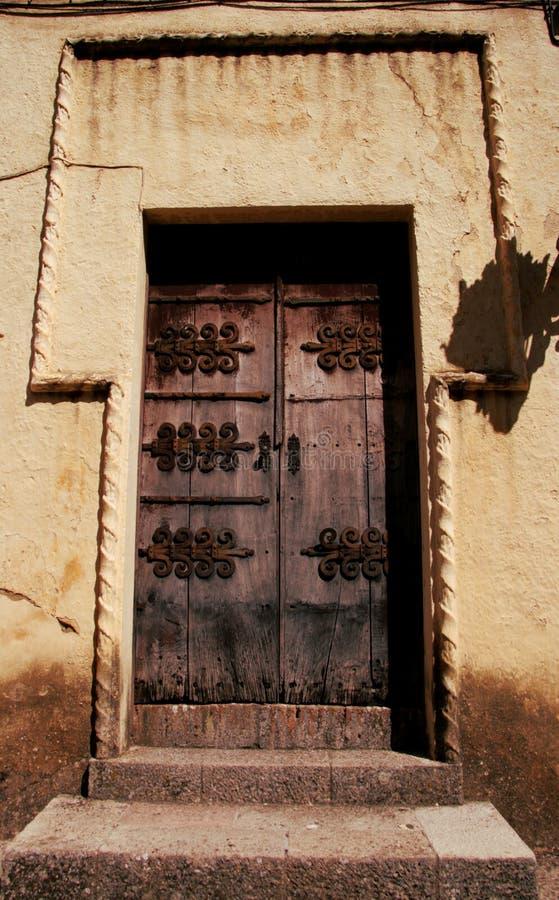 Stary żelazny dokonany drzwi w średniowiecznym miasteczku zdjęcia stock