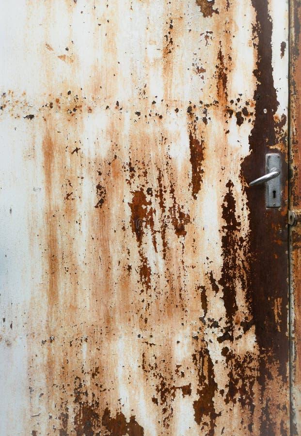 Stary żelazny drzwi z prawa ręka otwarciem Czas przechodzi przez rust†‹ obrazy stock