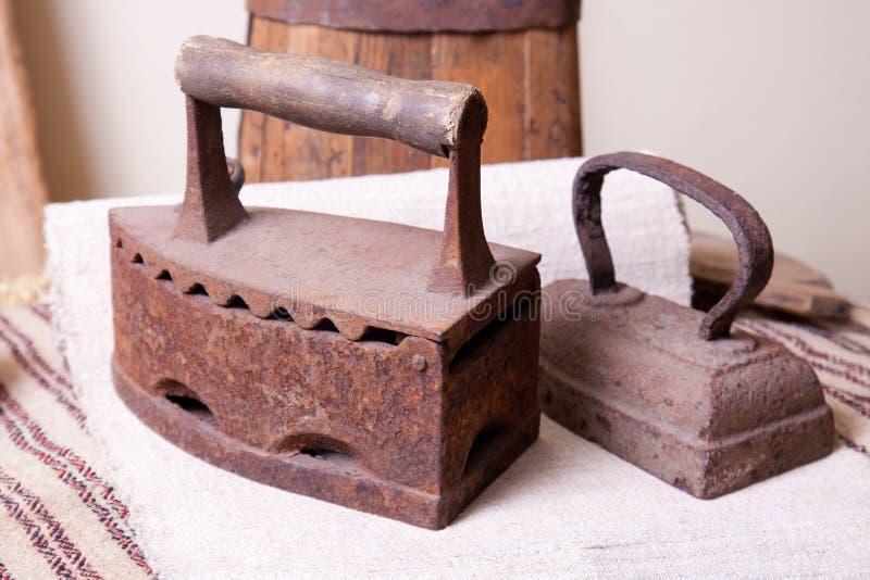 Stary żelazo dla odprasowywać odziewa zdjęcia stock