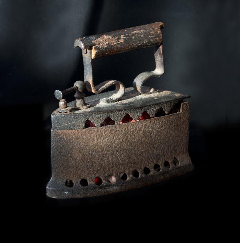 Stary żelazo na węglu drzewnym fotografia royalty free