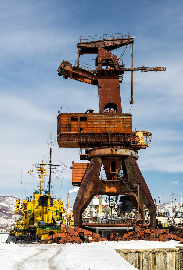 Stary żuraw na porcie morskim fotografia royalty free