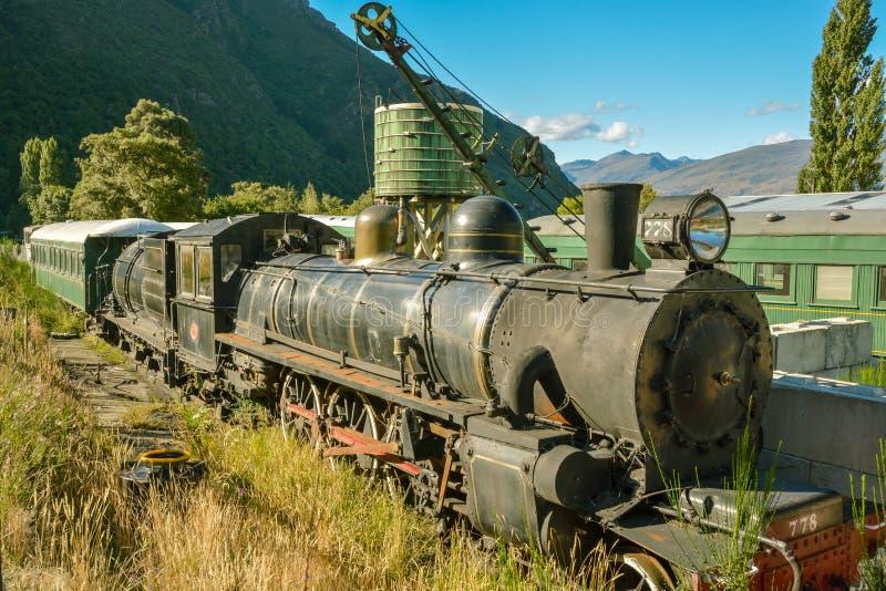 Stary abandoden i ośniedziały pociąg i wieża ciśnień obrazy royalty free