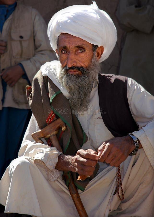Stary Afgańczyk z szarą brodą w odległej wiosce w Afganistanie, niedaleko Chaghcharan obrazy stock
