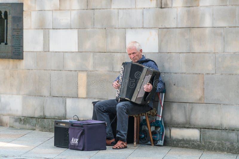 Stary akordeonista bawić się muzykę w Krak=au fotografia royalty free