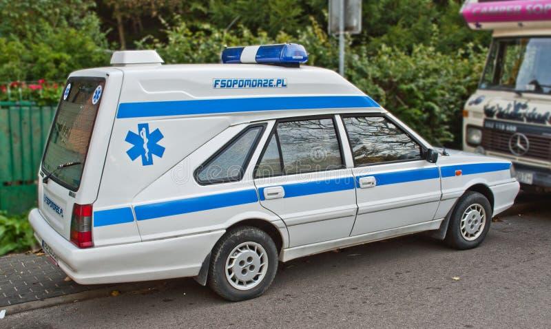 Stary ambulansowy samochodowy Polonez przy samochodowym przedstawieniem fotografia royalty free