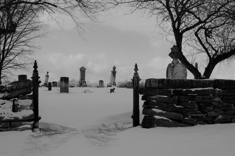 Stary Amish cmentarz zakrywający w śniegu w Czarny i biały zdjęcie royalty free