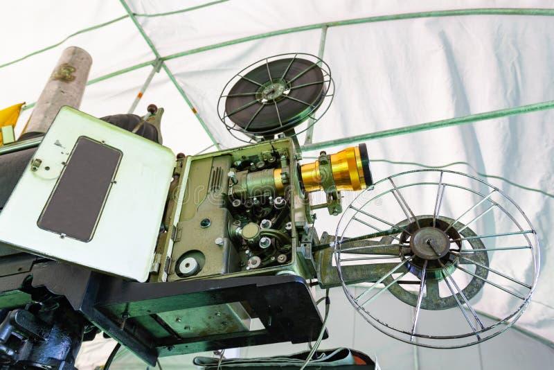 Stary analogowy obrotowy ekranowy filmu projektor przy plenerowym kinowym filmu teatrem obraz royalty free