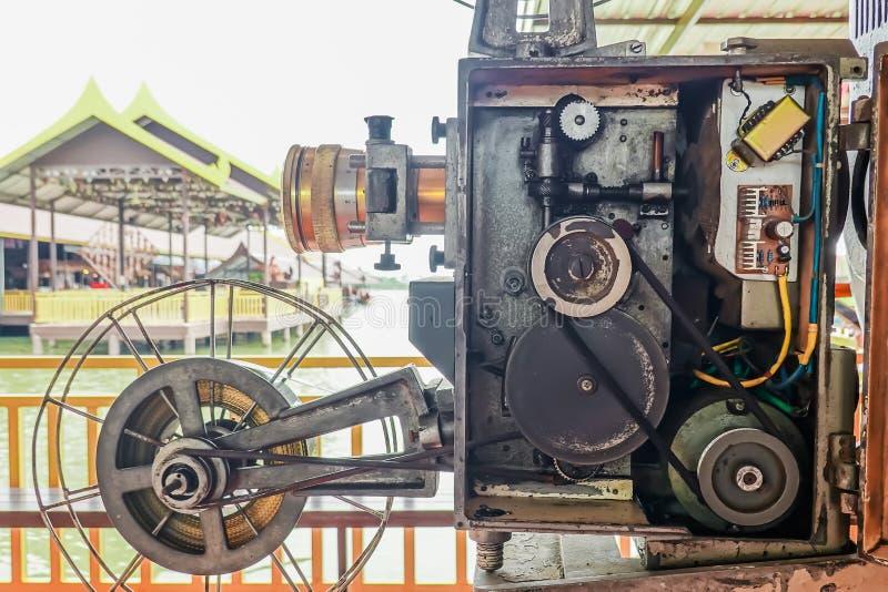 Stary analogowy obrotowy ekranowy filmu projektor przy plenerowym kinowym filmu teatrem dla przedstawień ludzi w parku obraz stock