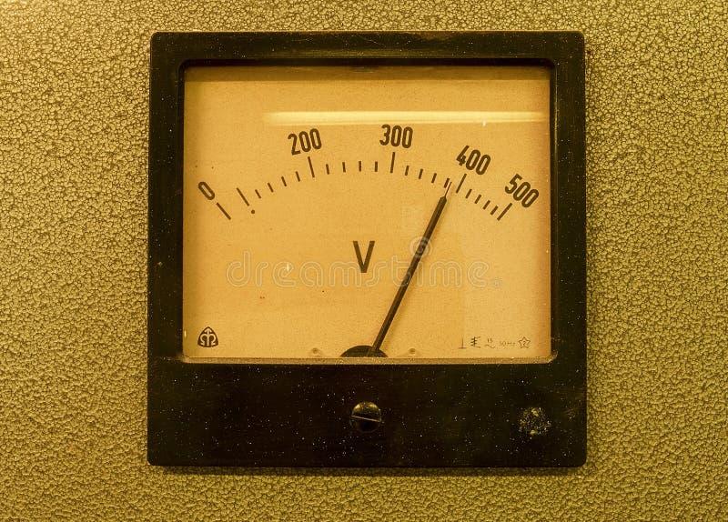 Stary analogowy wolta metr Stary pomiarowy instrument z strzała i biel skala zdjęcia stock