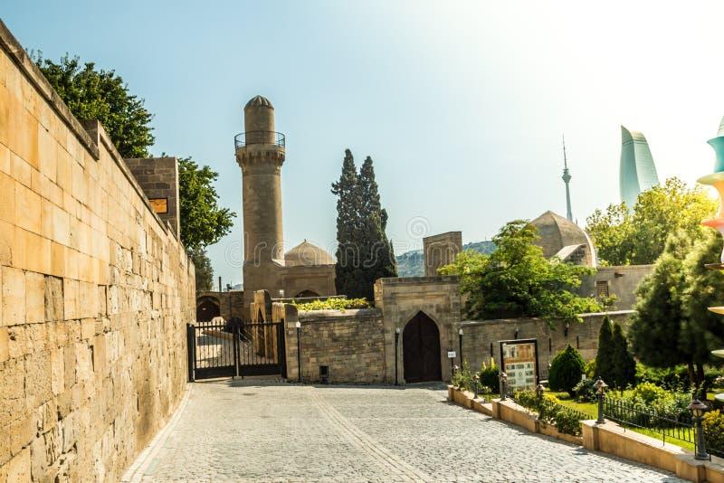Stary antyczny ścienny perspektywiczny widok z starym islamskim meczetem zdjęcia royalty free