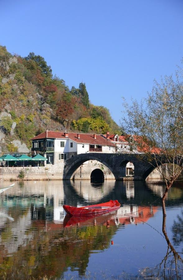 Stary antyczny dom, hotel, czerwona łódź rybacka przy rzeką zdjęcia royalty free